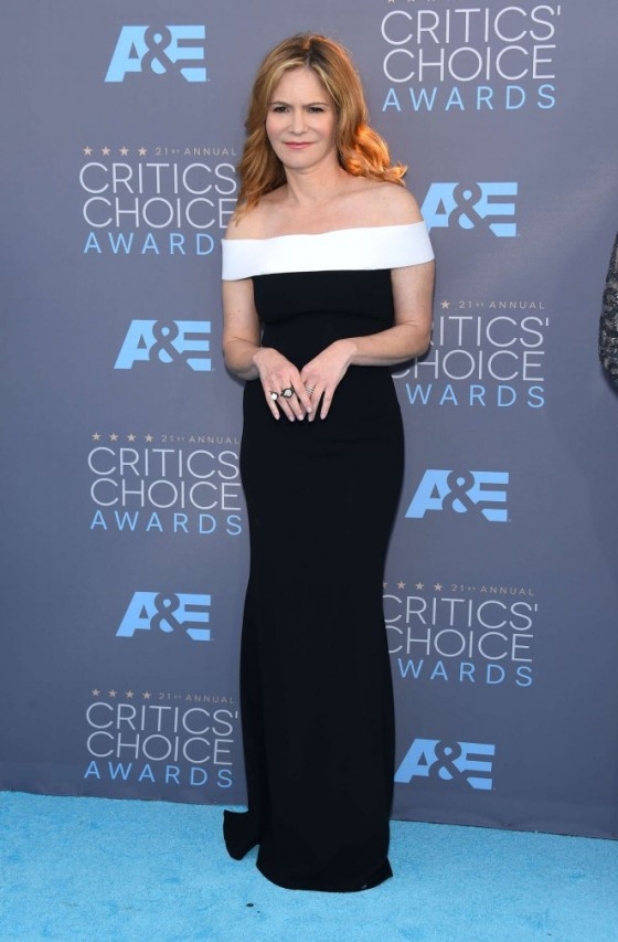 jennifer-jason-leigh2016-critics-choice-awards-01-662x1009