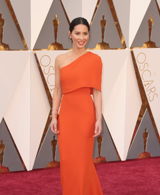 olivia-munn-oscars-red-carpet-2016