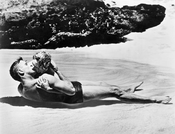 from-here-to-eternity-1953-002-burt-lancaster-deborah-kerr-kissing-beach-00m-e44